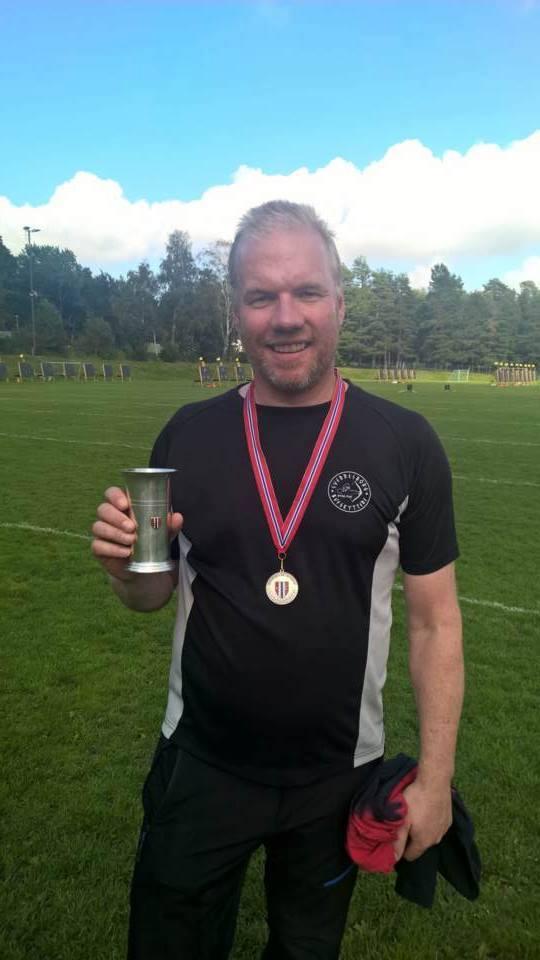 Geir Vatne med sølvmedalje og pokal fra NM Skive 2016